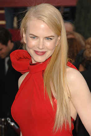 Plain Black Dress on Nicole Kidman   She Chose A Bright Red Dress With A Huge Bow
